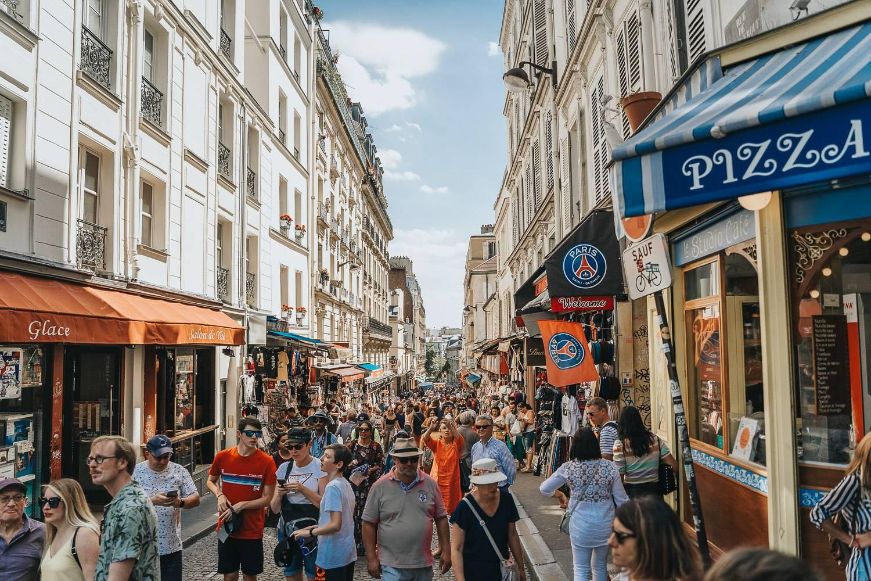 Bild einer überfüllten Straße mit Fußgängern in Paris