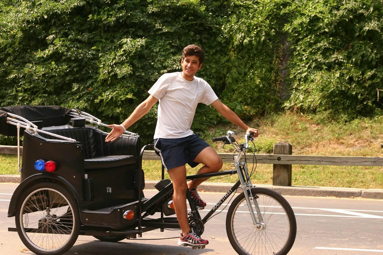 Bild eines Mannes, der gestikuliert in sein Fahrradtaxi für eine Fahrt im Central Park zu steigen