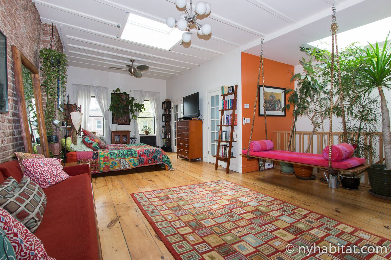 Bild des Schlafzimmers der möblierten Wohnung NY-15373 in Boerum Hill, Brooklyn, mit Innenpflanzen rund um das Zimmer und buntem künstlerischen Dekor