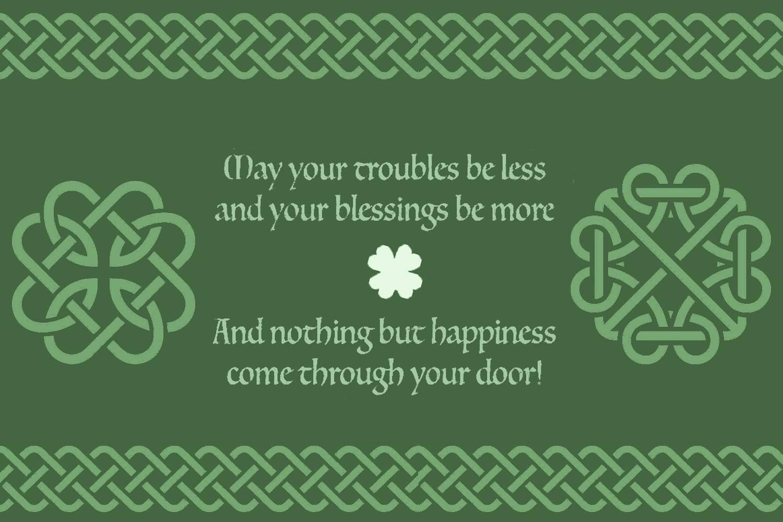 Bild eines irischen Haussegens, geschrieben auf grünem Hintergrund mit keltischem Knotendesign und weißem Feldklee