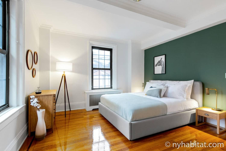 Bild vom Schlafzimmer der möblierten Vermietung NY-18159 auf Manhattans Upper East Side mit Wänden in der Farbe eines moosbedeckten Baumes