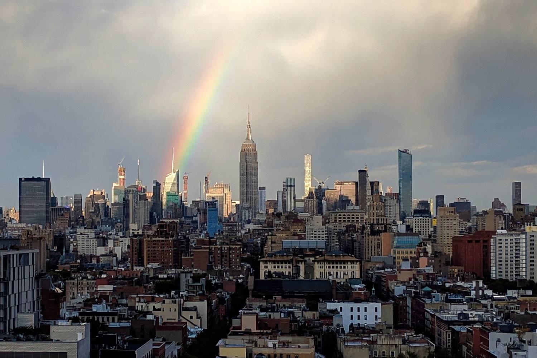 Bild eines Regenbogens über New York an einem regnerischen Tag