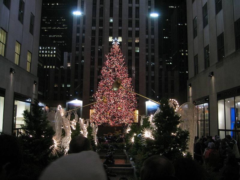 New York Habitat und der große, helle Weihnachtsbaum mitten in der Stadt