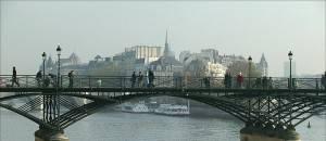 Nach einem Besuch im Louvre, spazieren Sie über die schönste Brücke von Paris
