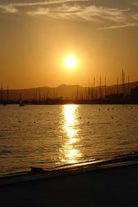 Ein Foto des Sonnenuntergangs am Hafen von Cannes.