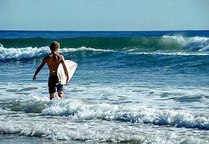 Rockaway Beach in Queens, New York, ist bekannt für seine Surfer