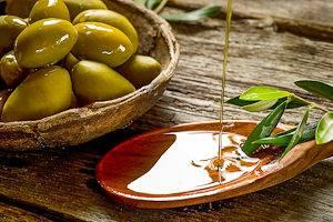 Bild von Oliven in einem Korb und Olivenöl aus der Provence