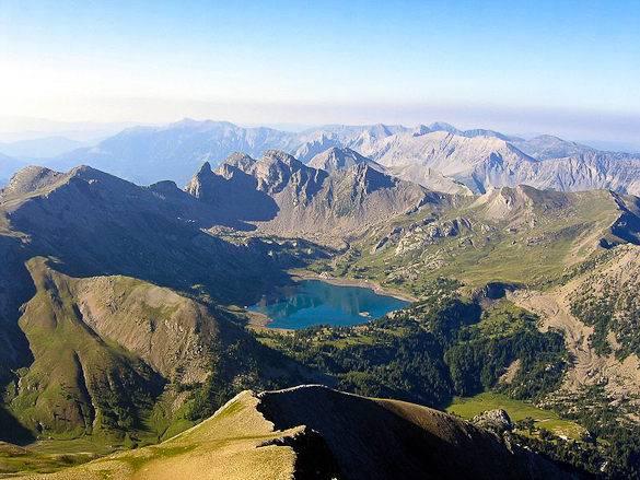 Panoramaausblick auf die südfranzösischen Alpen von oben gesehen