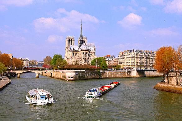 Abbildung einer Flussfahrt auf der Seine mit der Île de la Cité und Notre Dame im Hintergrund