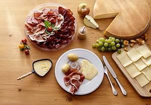 Abbildung eines Tisches mit einem typischen Raclette der französischen Alpen