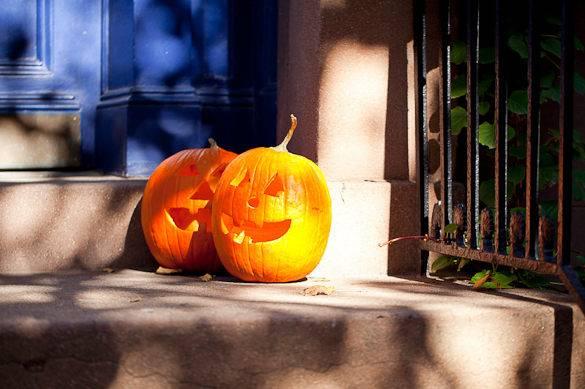 Zwei geschnitzte Kürbisse auf einer Eingangstreppe in New York für Halloween