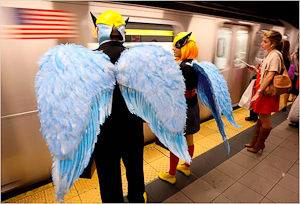 Abbildung von Leuten in Halloweenkostümen die auf die U-Bahn in New York City warten