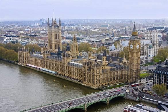 Bild der Houses of Parliament vom London Eye aus gemacht an einem bedeckten Tag