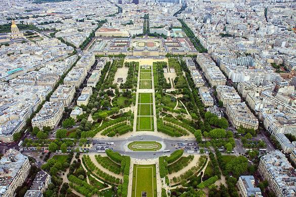 Aussicht auf den Champ de Mars in Paris vom Eiffelturm aus