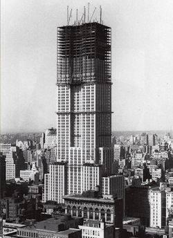 Eine Schwarzweißfotografie der Bauarbeiten des Empire State Buildings
