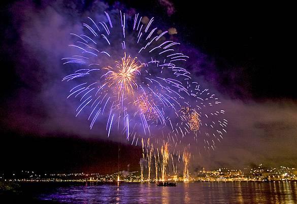 Foto vom Feuerwerk, das am Silvesterabend über dem Mittelmeer explodiert