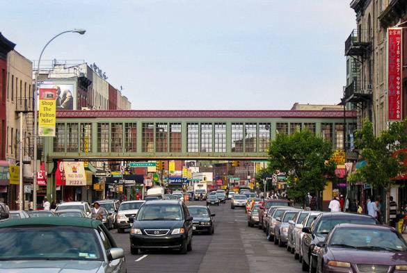 Foto von der Fulton Street und ihren Geschäften in Bedford-Stuyvesant, im Bezirk Brooklyn