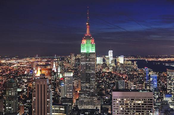 Das Empire State Building und Manhattan bei Nacht