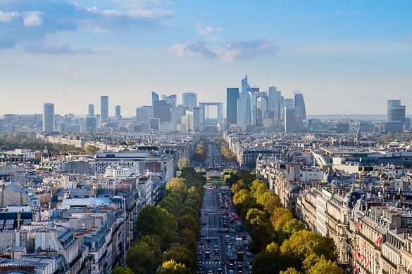 Bild eines Wolkenkratzers im Pariser Geschäftsviertel La Defense