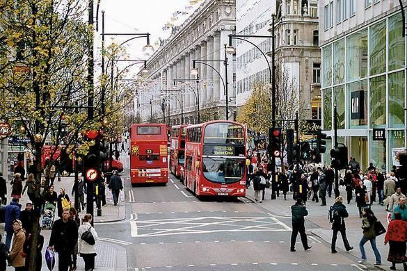 Bilder von Kauflustigen in der Oxford Street, London