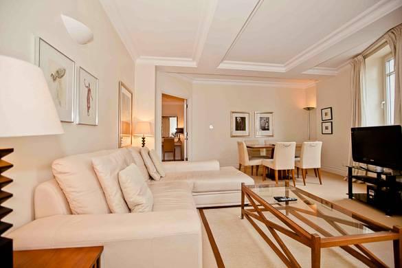 Das Wohnzimmer einer Wohnung in Westminster, London