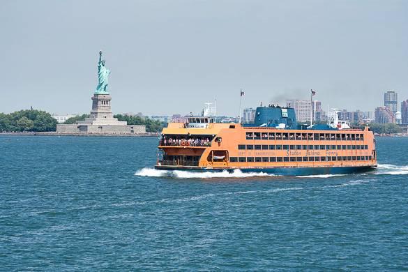 Bild der New York Staten Island Fähre und der Freiheitsstatue