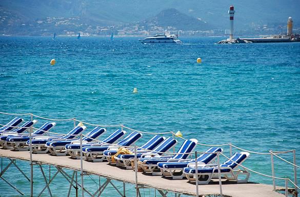 Bild der Sonnenliegen und des Mittelmeers in Cannes