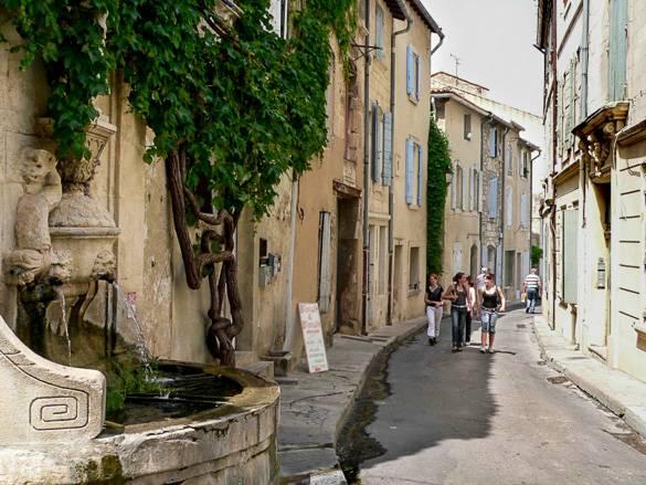Bild des Nostradamus Brunnens in Saint-Rémy-de-Provence