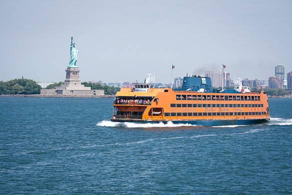 Foto der Staten Island Ferry und der Freiheitsstatue