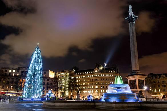 Foto des Londoner Trafalgar Squares mit Weihnachtsbaum