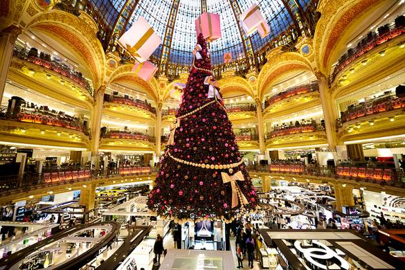 Foto der Galeries Lafayette und des Weihnachtsbaums in Paris