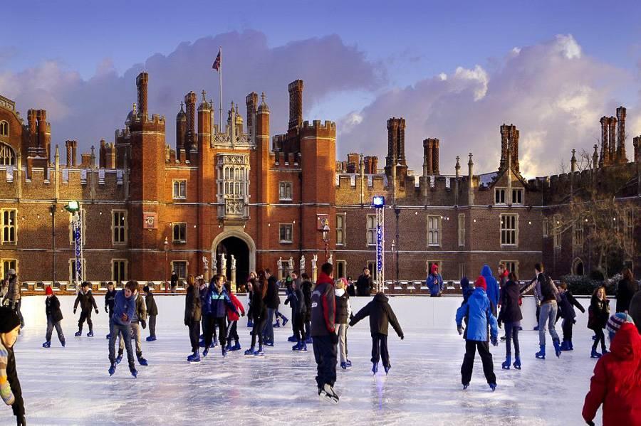 Foto der Eisbahn beim Hampton Court Palace in der Nähe Londons