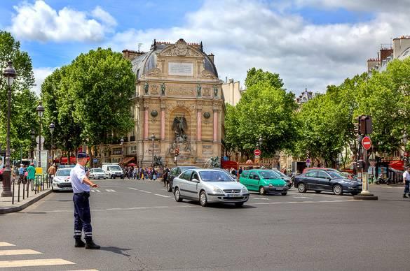 Fotografía de la Plaza Saint-Michel del distrito 6, París.