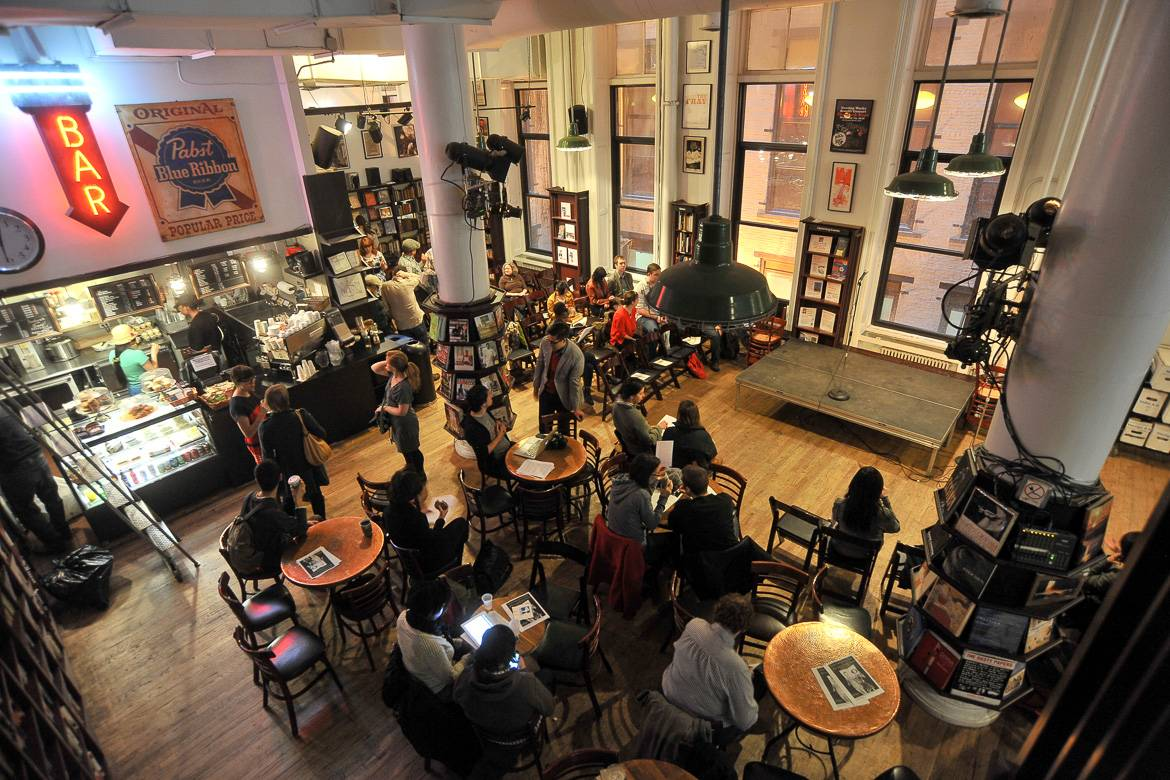 Foto des Interieurs des Coffee Shops von Housing Works Bookstore. Photo: Asterio Tecson.