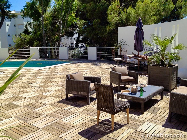 Bild der sonnigen Veranda und des Swimmingpools einer Villa in Sete