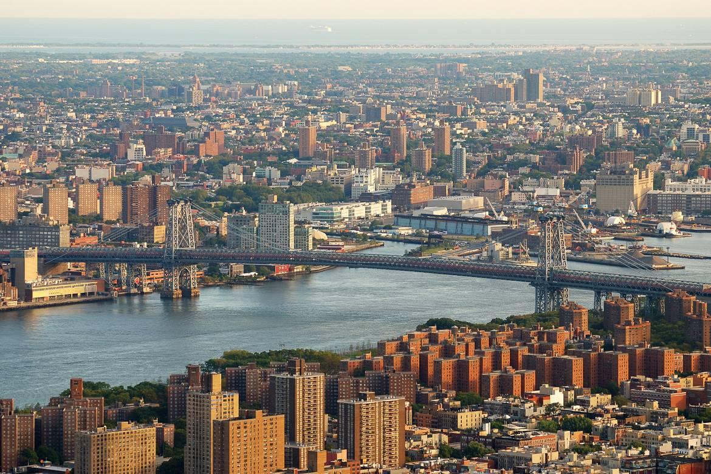 Foto der Williamsburg Bridge und von Brooklyn aus der Luft