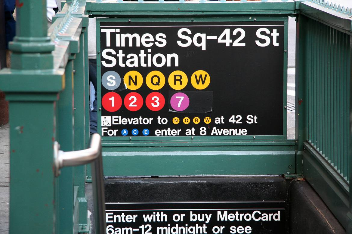 Foto des Eingangs zur U-Bahnstation Times Square at 42nd Street