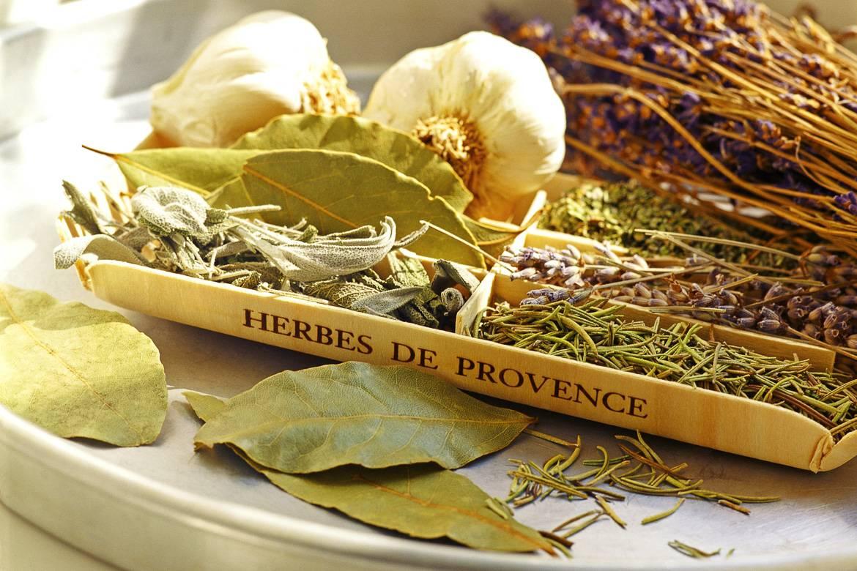 Rosmarin, Knoblauch, Thymian und Gartenkräuter werden zum Olivenöl Herbes de Provence hinzugefügt