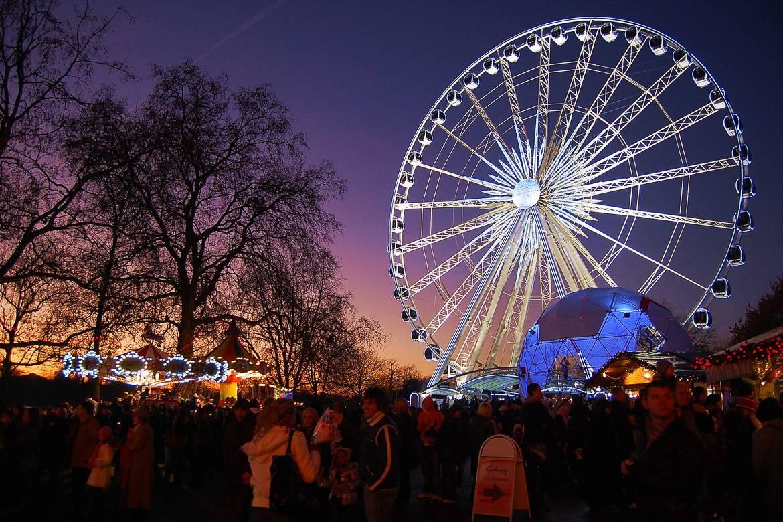 Der Hyde Park Weihnachtsmarkt mit Fahrgeschäften und einer Eislaufbahn