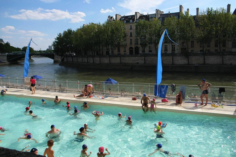 Bild von Kindern in einem Schwimmbecken auf der Seine