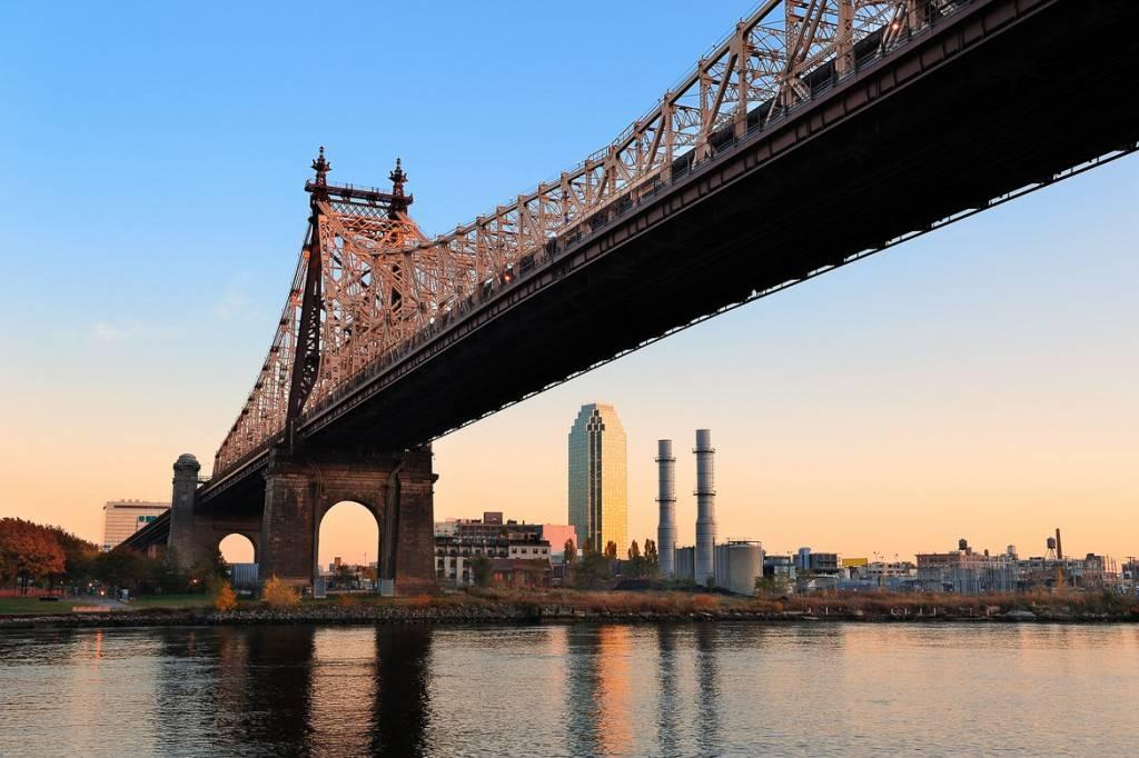 Die kultige Queensboro Bridge und Long Island Citys Citigroup Building in der Abenddämmerung.