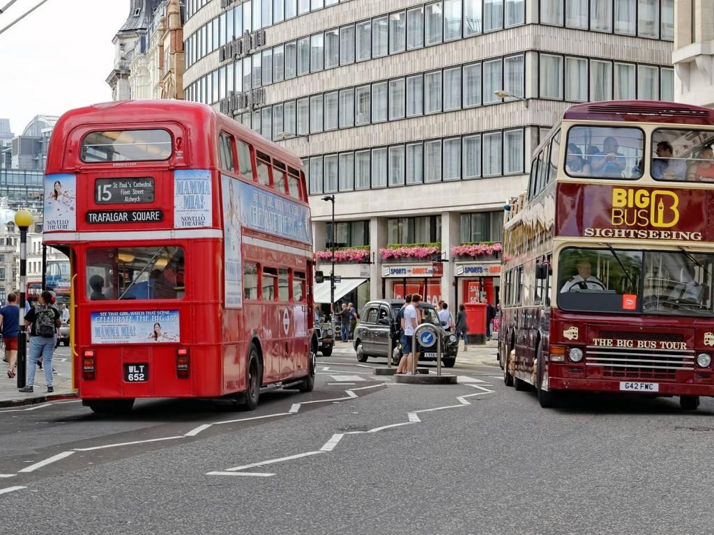 Bild zweier Doppeldeckerbusse in einer Londoner Straße
