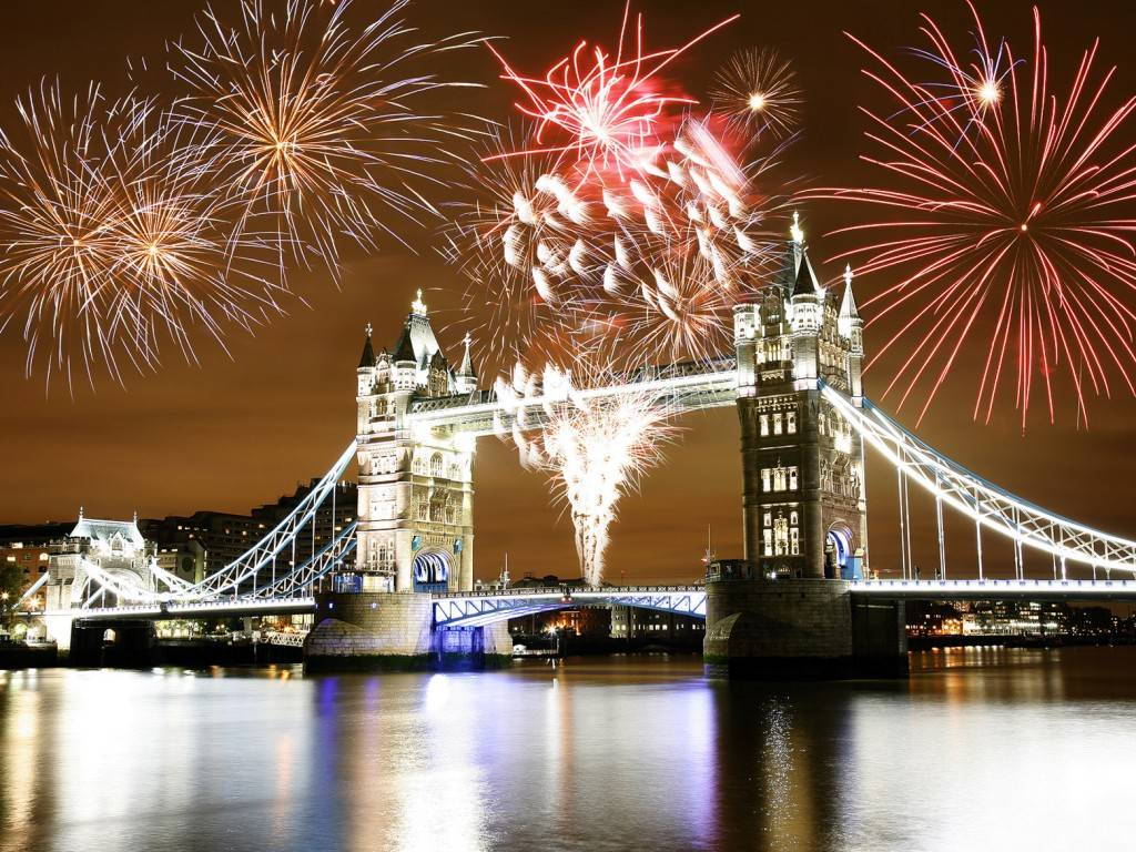 Bild des Feuerwerks über der Tower Bridge zur Guy Fawkes Night