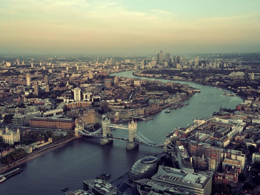 Bild eines Luftblicks über die Tower Bridge und die London City Hall