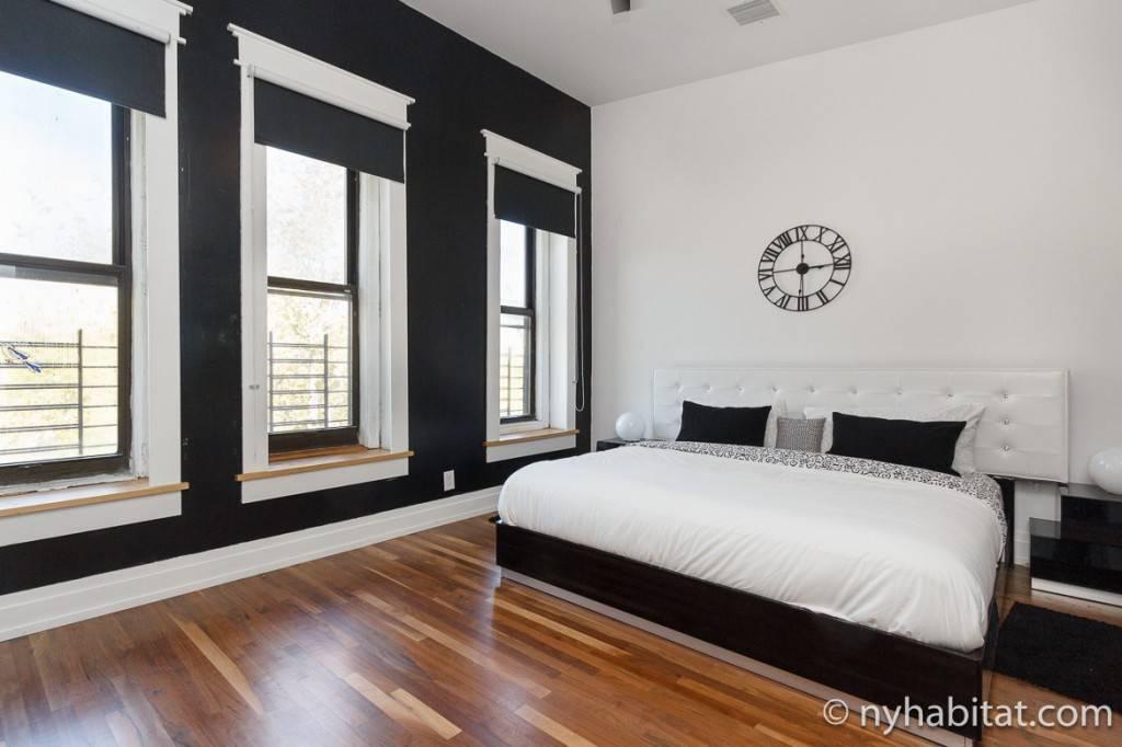 Bild eines Schlafzimmers mit Fenstersicherungen an den Fenstern