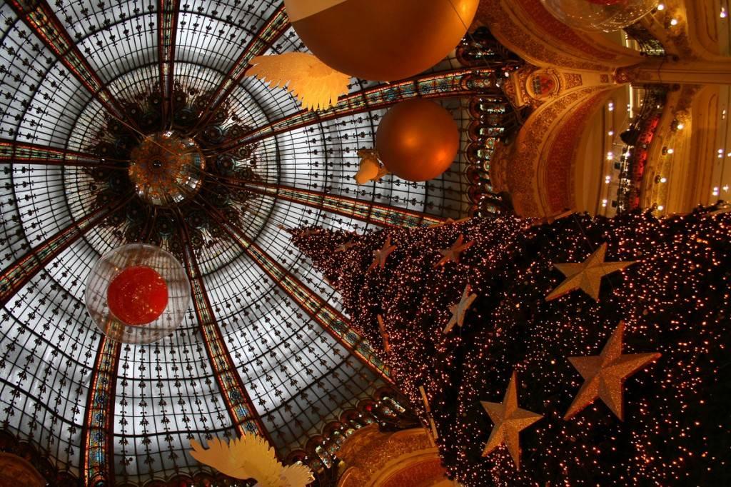 Bild eines großen Tannenbaumes und Weihnachtsdekorationen bei Galeries Lafayette, Paris
