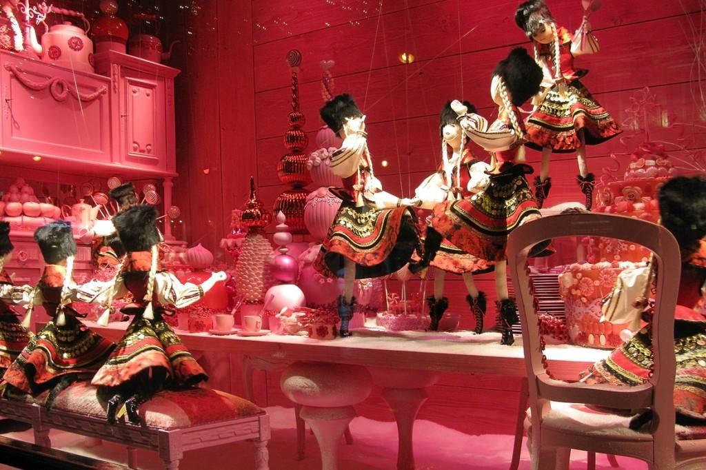 Bild eines weihnachtlich dekorierten Schaufensters