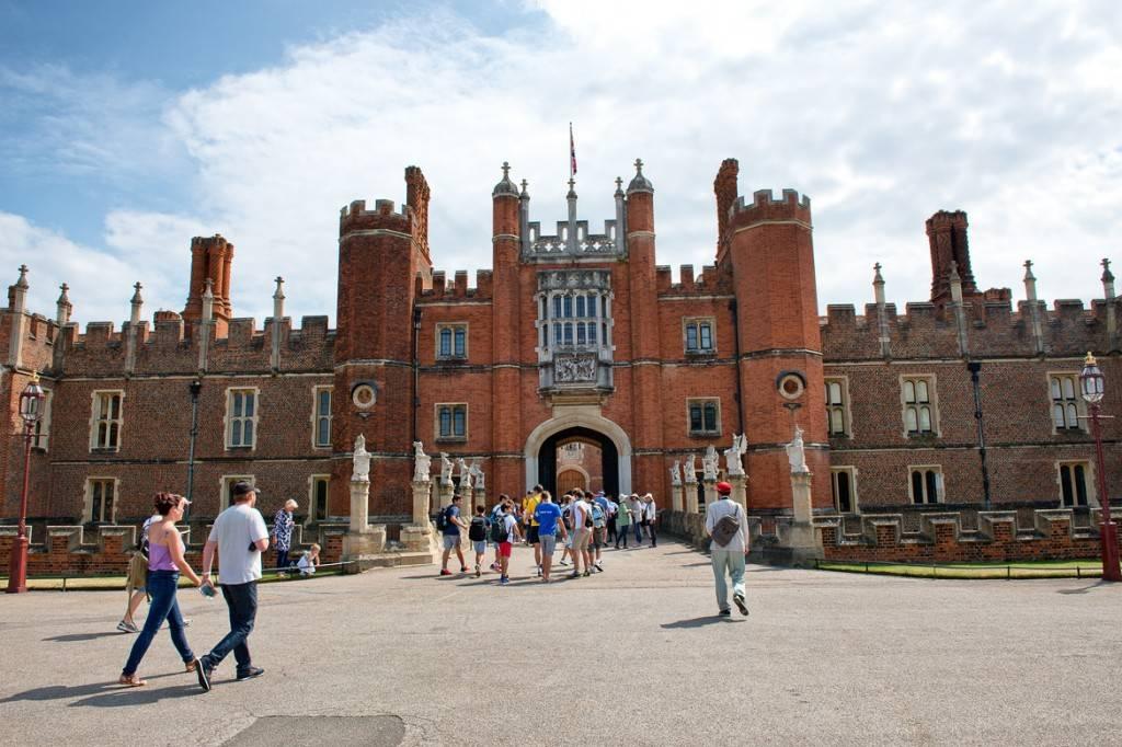Bild des Vordereingangs des Hampton Court Palace an einem sonnigen Tag