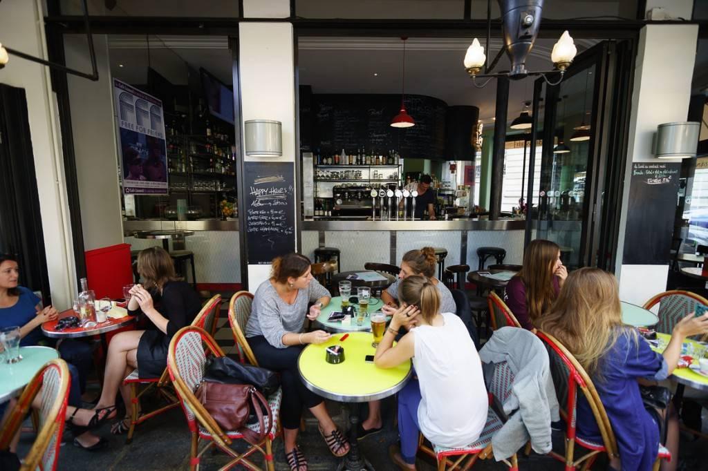 Foto der Terrasse eines Cafés, auf der Gäste Kaffee trinken