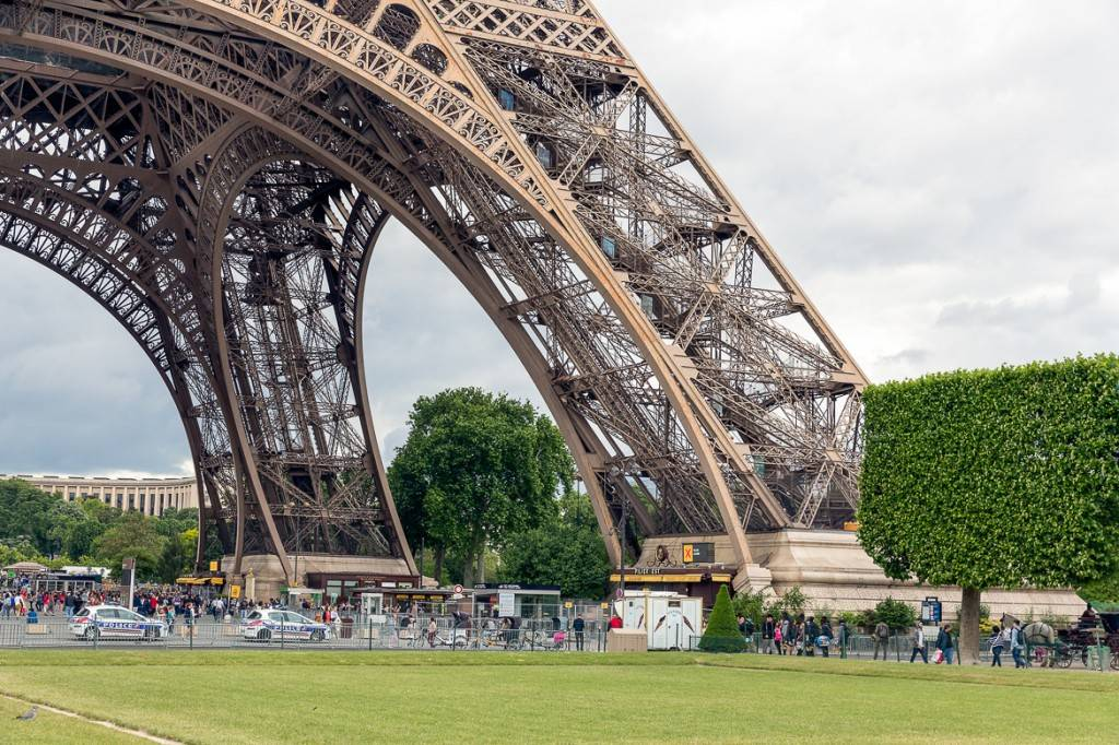Foto des Sockels des Eiffelturms, des Champ de Mars und von Touristen